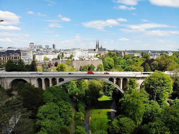 Piękny widok z góry, luksemburg. stolica królestwa luksemburga. mały europejski kraj o wspaniałej kulturze i wyjątkowych krajobrazach. Premium Zdjęcia