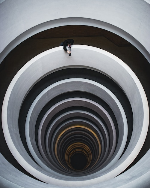 Piękny Widok Z Góry Spiralnych Schodów Z Fotografem Strzelającym Z Otwarcia Darmowe Zdjęcia