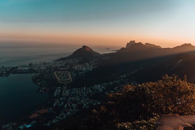 Piękny Widok Z Lotu Ptaka Na Krajobraz W Rio De Janeiro Podczas Zachodu Słońca Darmowe Zdjęcia