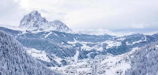 Piękny Widok Z Lotu Ptaka Na Ośrodek Narciarski I Wioskę W Górskim Krajobrazie W Alpach Darmowe Zdjęcia