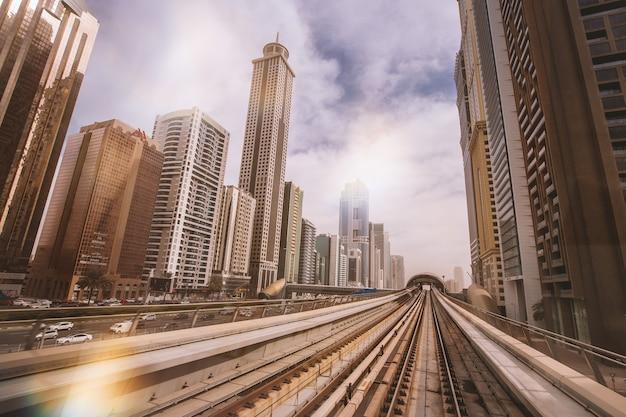 Piękny Widok Z Metra Na Drapacze Chmur W Centrum Dubaju Darmowe Zdjęcia