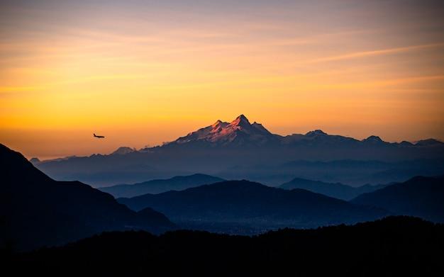 Piękny Wieczorny Widok Na Pasmo Górskie Manaslu Z Katmandu W Nepalu. Premium Zdjęcia