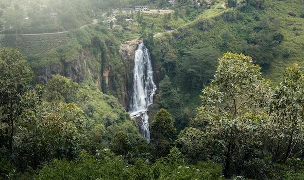 Piękny wodospad na sri lance Premium Zdjęcia