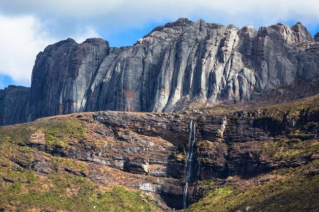 Piękny Wodospad W Dolinie Górskiej I Granitowe Formacje Skalne W Parku Narodowym Andringitra Na Madagaskarze. Premium Zdjęcia
