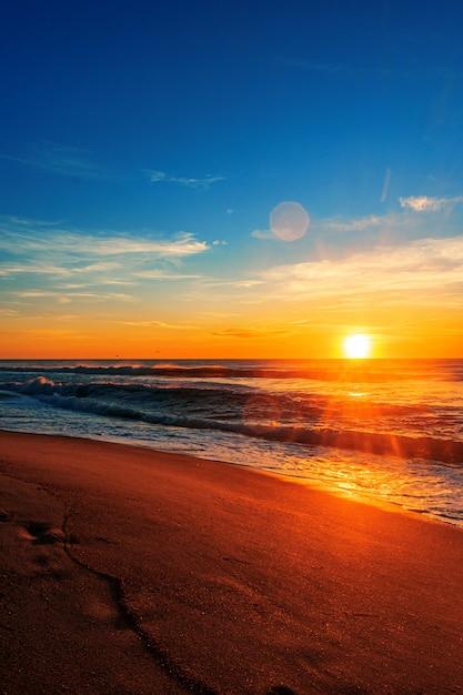 Piękny Wschód Słońca Na Plaży Pod Błękitnym Niebem Darmowe Zdjęcia