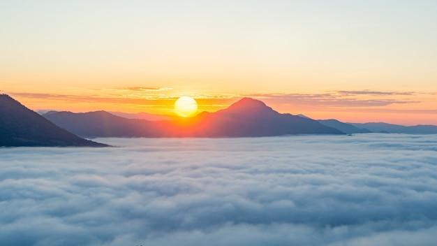 Piękny Wschód Słońca Nad Górą Z Mgłą Rano Premium Zdjęcia