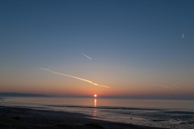 Piękny Wschód Słońca Nad Oceanem. Bardzo Wczesny Poranek Nad Oceanem Atlantyckim Premium Zdjęcia