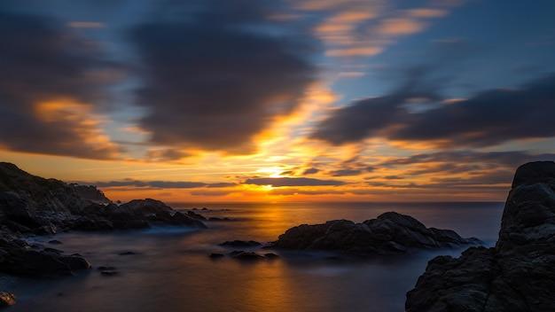 Piękny Wschód Słońca W Zatoce W Costa Brava, Hiszpania Premium Zdjęcia