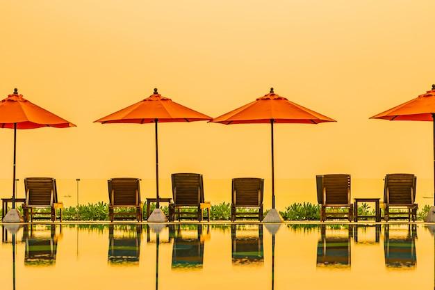 Piękny Wschód Słońca Wokół Z Odkrytym Basenem I Parasolem Darmowe Zdjęcia