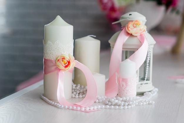 Piękny Wystrój świec I Kwiatów. Białe Odcienie Różu. Premium Zdjęcia