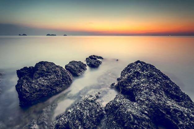 Piękny Zachód Słońca Na Wybrzeżu. Naturalny Krajobraz Premium Zdjęcia