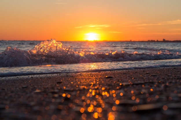 Piękny Zachód Słońca Nad Morzem Premium Zdjęcia