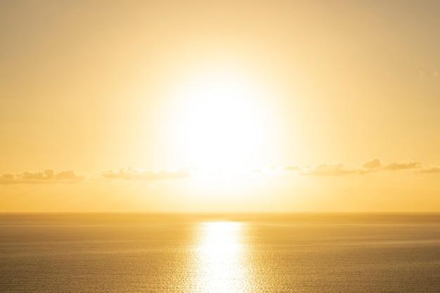 Piękny zachód słońca nad morzem Darmowe Zdjęcia
