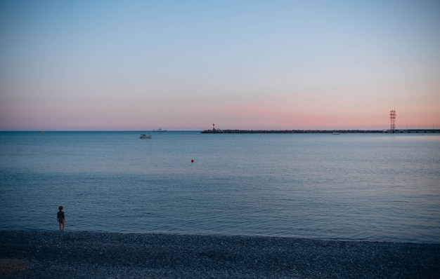 Piękny Zachód Słońca W Nadmorskim Mieście Darmowe Zdjęcia
