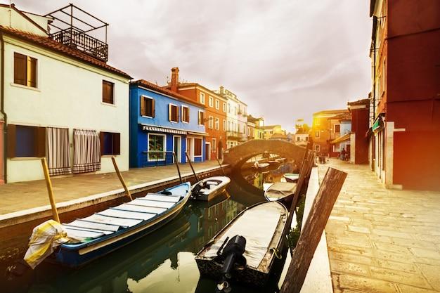 Piękny Zachód Słońca Z łodzi, Budynków I Wody. światło Słoneczne. Tonowanie. Burano, Włochy. Darmowe Zdjęcia