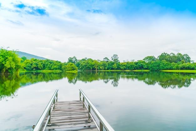 Piękny zielony park z jeziorem, ang kaew w chiang mai universi Darmowe Zdjęcia