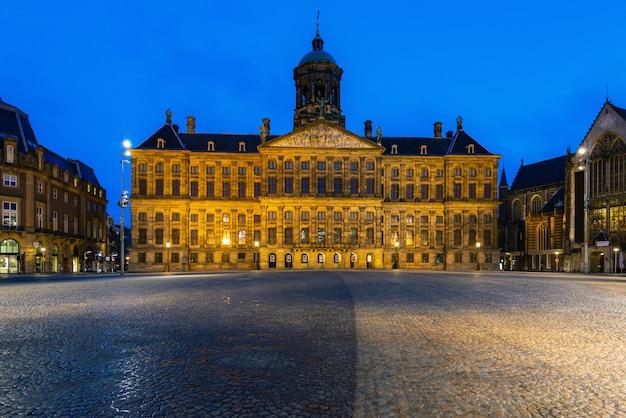 Piękny Zima Widok Pałac Królewski Na Tamy Kwadracie W Amsterdam, Holandie Premium Zdjęcia