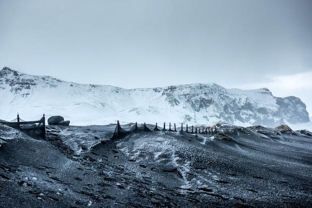 Piękny zimowy krajobraz na islandii Premium Zdjęcia