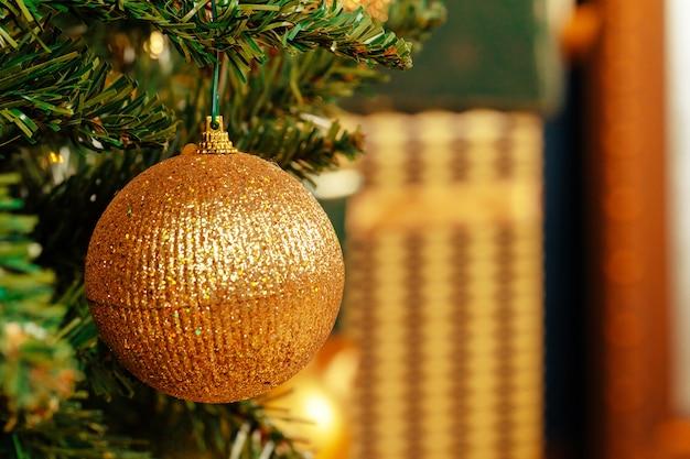 Piękny złoty cacko zwisający z choinki Premium Zdjęcia