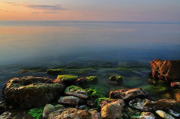 Piękny Złoty Zachód Słońca Nad Morzem Czarnym Skaliste Wybrzeże Na Krymie Premium Zdjęcia