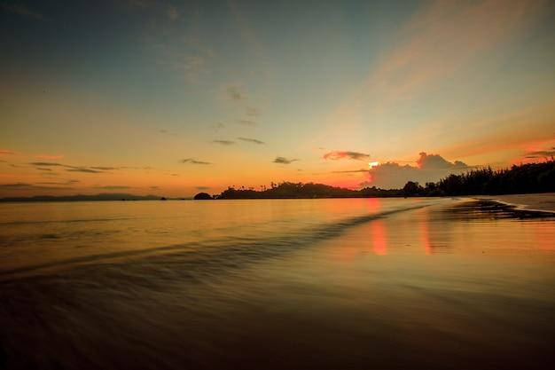 Piękny Zmierzch Nad Tropikalną Plażą I Morzem W Tajlandia Premium Zdjęcia