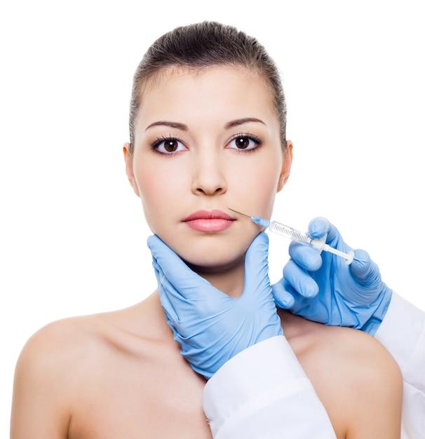 Pielęgnacja Twarzy. Wstrzyknięcie Botoksu W Twarz Pięknej Kobiety Na Białym Tle Biały Darmowe Zdjęcia