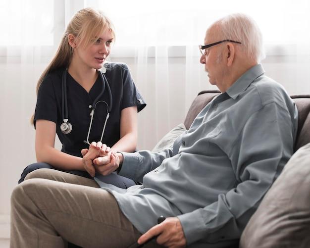 Pielęgniarka Opiekuje Się Starcem Premium Zdjęcia