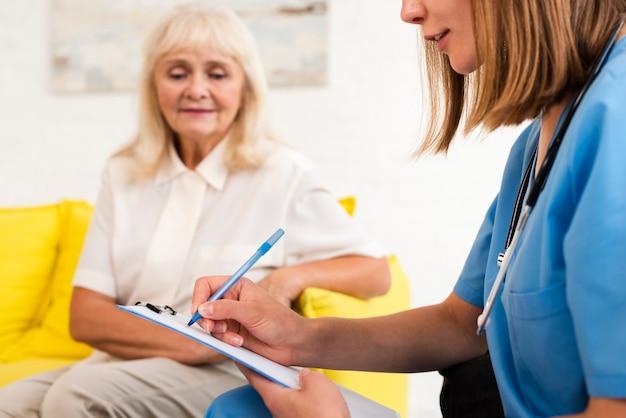 Pielęgniarka Pisze Na Zbliżenie Schowka Darmowe Zdjęcia