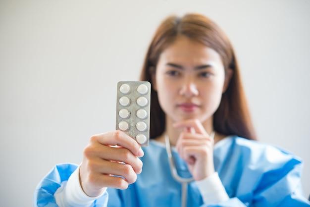 Pielęgniarka podaje leki Darmowe Zdjęcia