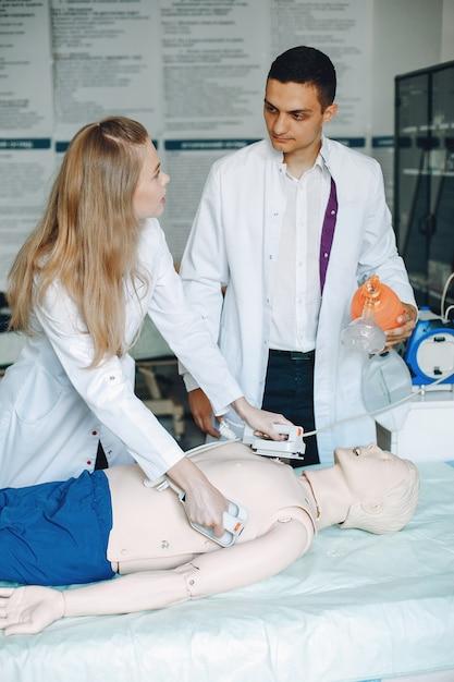 Pielęgniarka Prowadzi Resuscytację. Lekarz Pomaga Kobiecie Wykonać Operację. Darmowe Zdjęcia