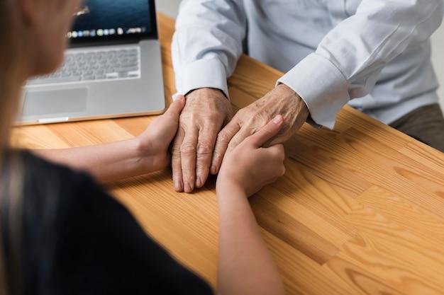 Pielęgniarka Trzymając Ręce Starszego Mężczyzny Dla Ulgi Darmowe Zdjęcia