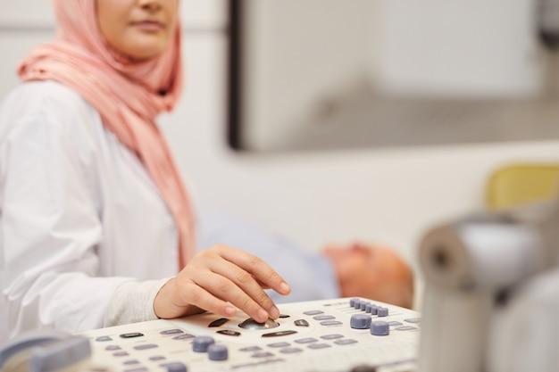 Pielęgniarka Za Pomocą Usg Premium Zdjęcia