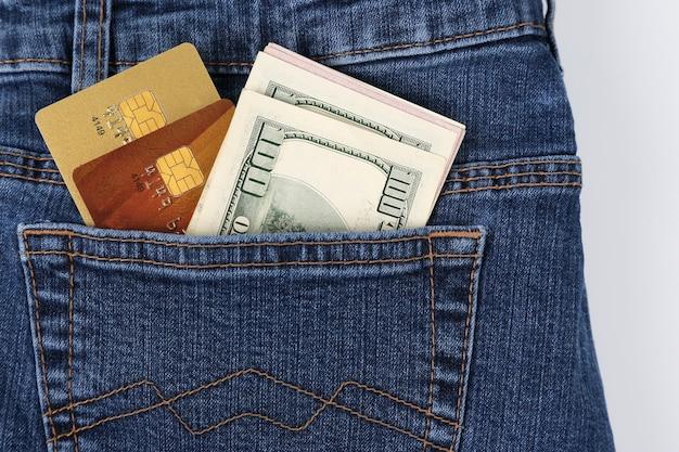 Pieniądze I Plastikowe Karty Kredytowe W Kieszeni Dżinsów Premium Zdjęcia