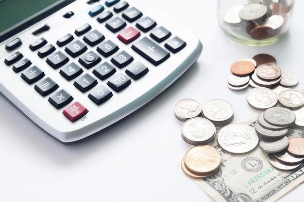 Pieniądze monet z sunlight na białym tle, selektywne fokus Darmowe Zdjęcia