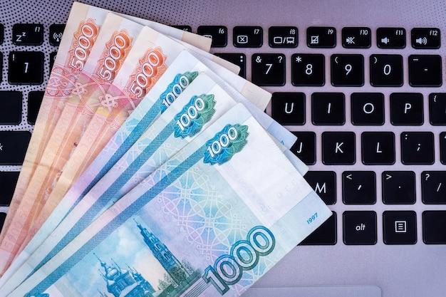Pieniądze na klawiaturze laptopa Premium Zdjęcia