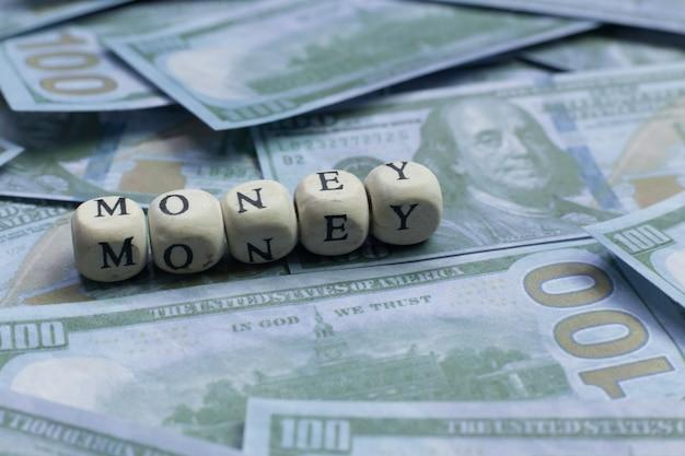 Pieniądze słowo na drewnianym ceglanym tło banknocie. Premium Zdjęcia