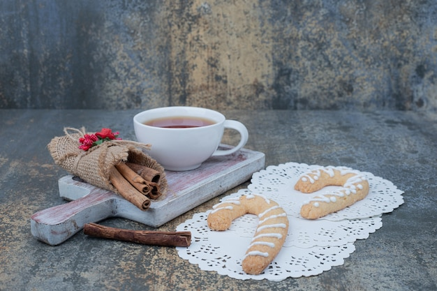 Pierniki, Cynamon I Filiżanka Herbaty Na Marmurowym Stole. Wysokiej Jakości Zdjęcie Darmowe Zdjęcia