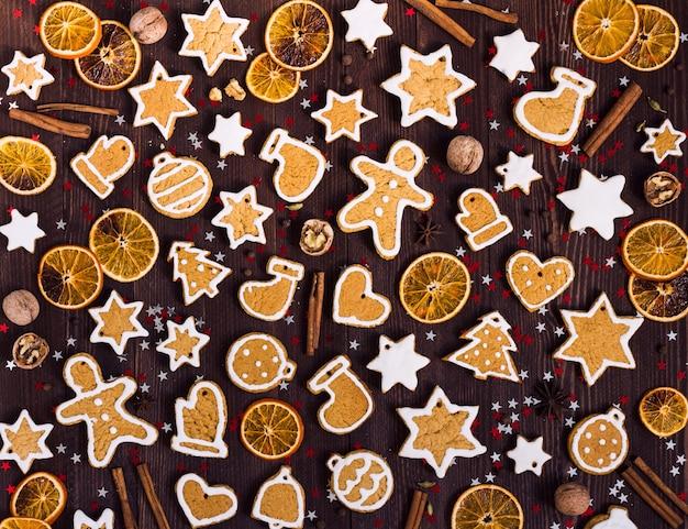 Piernikowe ciasteczka świąteczne nowy rok pomarańcze cynamon na drewnianym stole Darmowe Zdjęcia