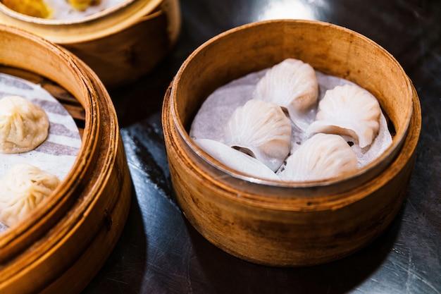 Pierogi Z Krewetkami Chińskimi (har Gow) W Bambusowym Koszu. Podawane W Restauracji W Tajpej Na Tajwanie. Premium Zdjęcia