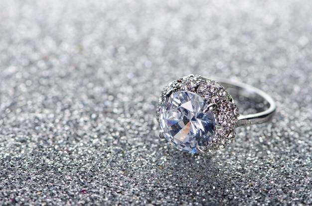 Pierścionek Z Biżuterią Na Błyszczącym Tle Premium Zdjęcia
