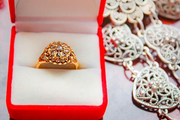 Pierścionek z brylantem złoty, klejnot w stylu tajskim. Premium Zdjęcia