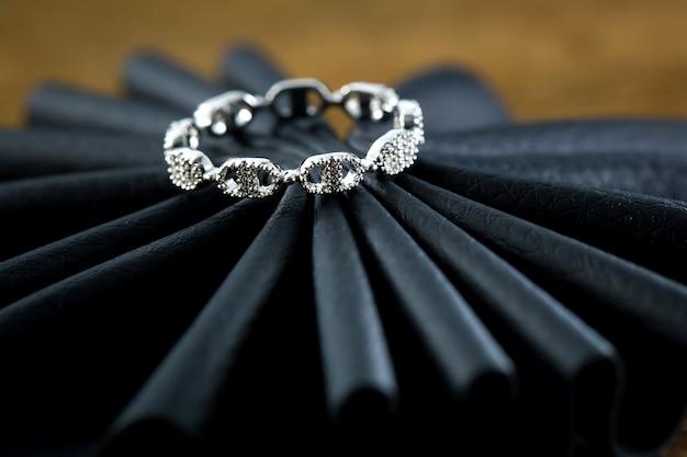 Pierścionek zaręczynowy na czarnym Premium Zdjęcia