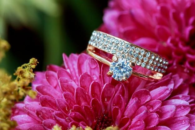Pierścionki różowe dalie uwielbiają walentynki podbarwione i zmiękczone - diamentowe wesele Premium Zdjęcia