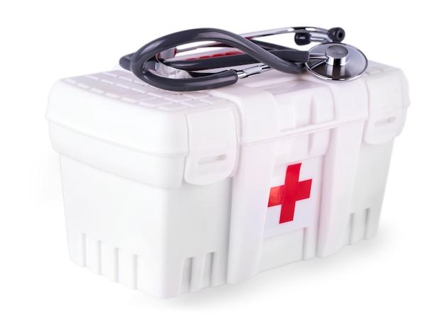 Pierwsze pomoce i stetoskop na białym tle Premium Zdjęcia