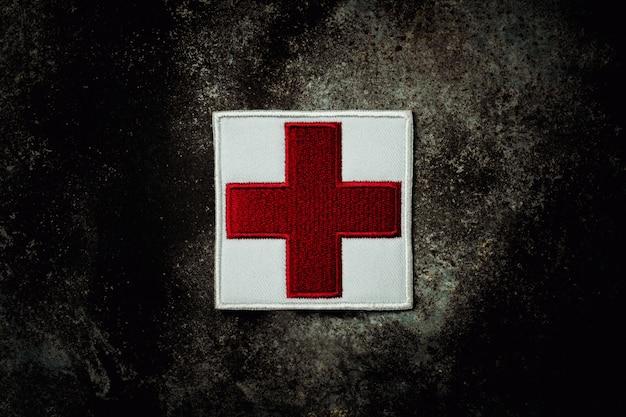 Pierwszej Pomocy Flaga Czerwonego Krzyża Na Opuszczonej Zardzewiałej Blachy. Premium Zdjęcia