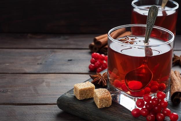 Pij Z Jagód Czerwonej Kaliny W Szklanym Kubku. Premium Zdjęcia