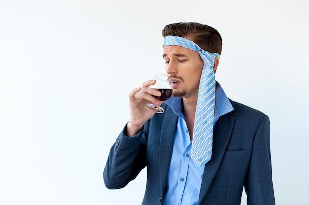 Pijany Biznesmen Z Bólem Głowy Do Picia Czerwonego Wina Darmowe Zdjęcia