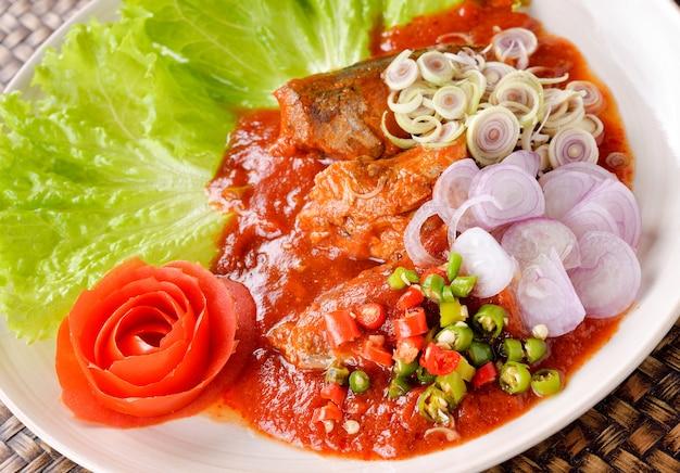 Pikantna Ryba Sałatka Z Konserwowanych Sardynek, Tajskie Jedzenie Premium Zdjęcia