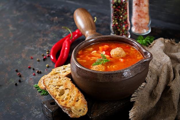 Pikantna Zupa Pomidorowa Z Klopsikami, Makaronem I Warzywami. Zdrowy Obiad Darmowe Zdjęcia