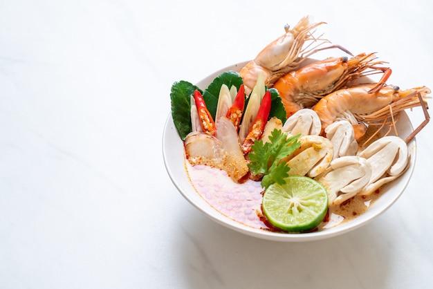 Pikantna Zupa Z Krewetek (tom Yum Goong) Premium Zdjęcia